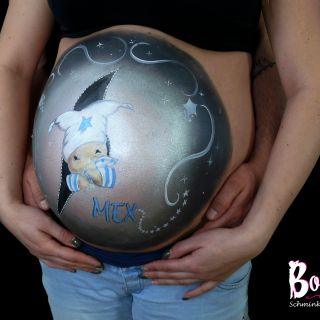 Body schmink studio bellypaint bobbie beer with zipper en baby naam en papa hands 2 logo