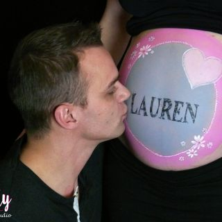 Body schmink studio bellypaint joannie met baby name en papa kissing met logo