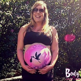 Body schmink studio bellypaint ooievaar bloemen pink background foto effect2