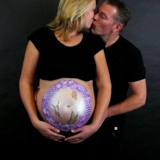 Body schmink studio bellypaint paars bloemen en vlinders beek en donk foto kissing couple logo