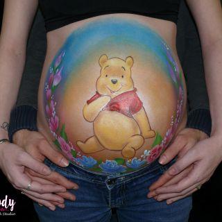 Body schmink studio bellypaint winny de pooh met bloemen met papa handen en logo