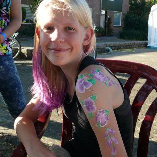 Body schmink studio arm painting hibiscus purple beek en donk